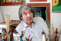 Ve svém ateliéru v Brně-Žabovřeskách pracuje Alois Mikulka denně, víkendy nevyjímaje.