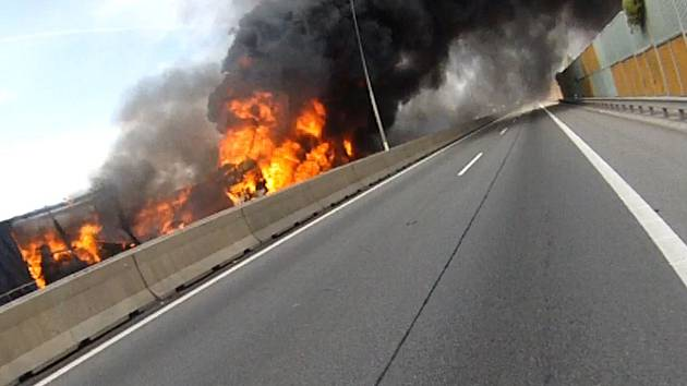 VIDEO: Hasiči ukázali záběry z tragédie na D1. Černý kouř, auta i okolí v ohni