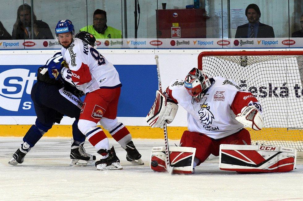 Úvodní zápas Carlson Hockey Games v brněnské DRFG aréně mezi Českou republikou (Jakub Kovář) v bílém a Finskem
