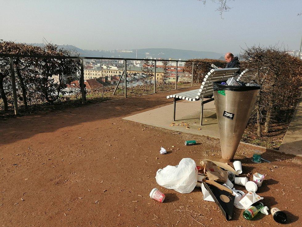 Plechovky od piva, přeplněné koše, nepořádek. Jako po velké party to vypadalo ve čtvrtek dopoledne v brněnských parcích nedaleko hlavního vlakového nádraží. Denisovy sady.