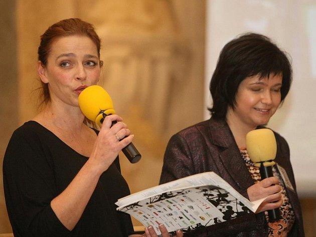 Předvánoční aukci nadace Veronika uváděla Lucie Zedníčková.