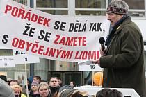 Nespokojenost s pozastavením privatizace městských bytů vyjádřily na náměstí Svobody tři stovky lidí.