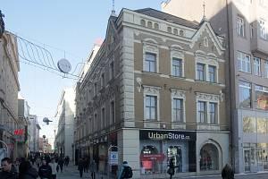 Dům U zlatého orla na náměstí Svobody. Majitelé chráněných památek v Brně volí jejich odstranění ze seznamu památek. Usnadňuje jim to úpravy domů. Památkářům se takový postup ale nelíbí.