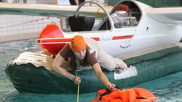 Mladí záchranáři tahali z bazénu oběti pádu letadla