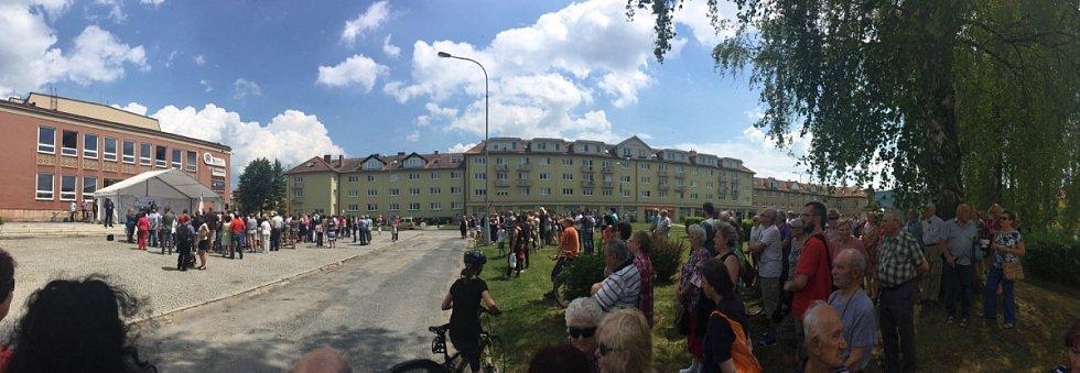 Lidé čekající na příjezd prezidenta do Kuřimi.