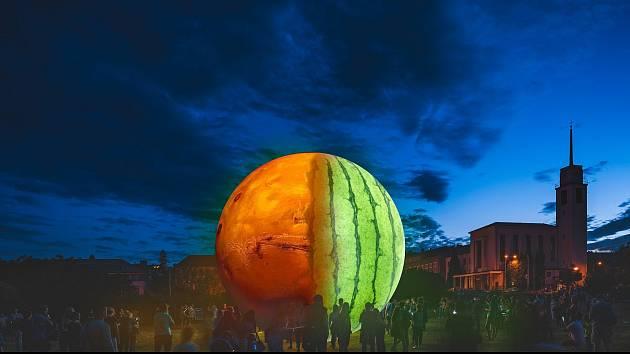 O prázdninách ozdobí park na Kraví hoře Marsmeloun. V létě, na rozdíl od fotomontáže, bude celá planeta rudá. Fotomontáž.