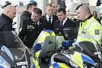 Šestasedmdesát speciálně upravených motocyklů značky BMW pro policii si v pondělí převzal prezident Policie České republiky Tomáš Tuhý. Jedná se o první část zakázky, která je největší v historii policie.
