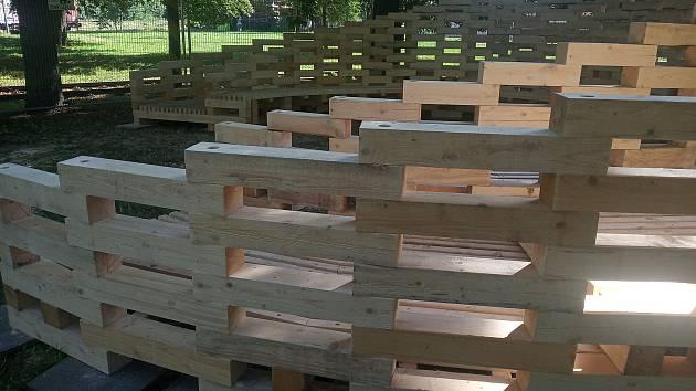 V parku u Alberta ve Tkalcovské ulici vznikla nový netradiční dřevěná stavba.