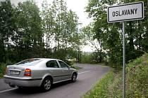 Víc než sedm let čekají řidiči projíždějící přes Oslavany na Brněnsku ve směru na Rapotice na opravu posledního úseku hlavní silnice číslo 393. Mimo špatného stavu Hybešovy ulice trápí lidi i stav kanalizace a potrubí.