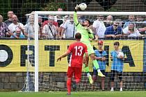 Blanenský brankář Pavel Halouska (v zeleném) odchytal i první vzájemný zápas s Líšní, který jeho tým prohrál 1:4.