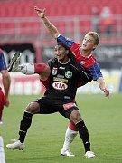 Juraj Križko v souboji s příbramským útočníkem Rodriguezem.
