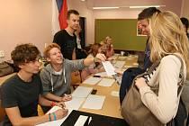 Druhý den Studentských předčasných parlamentních voleb na brněnském Biskupském gymnáziu.