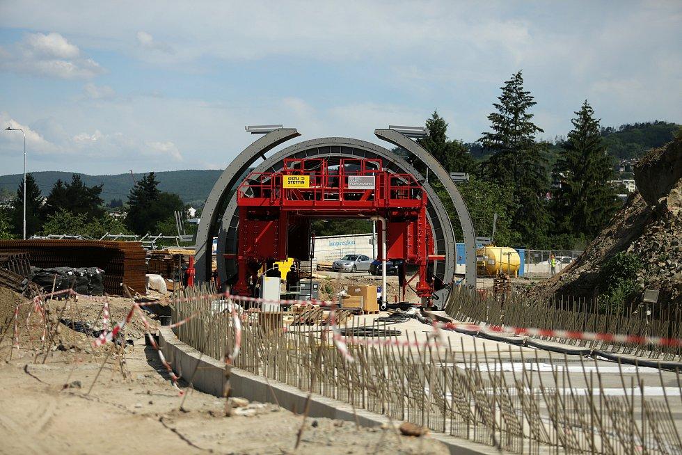 Sochu svaté Barbory umístili pracovníci ŘSD nad budoucí vjezd raženého tramvajového tunelu v ulici Žabovřeská.