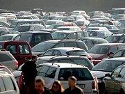 Výlov rybníku Vrkoč. Každoročně se k Ivani na Pohořelicku sjíždějí tisíce aut.