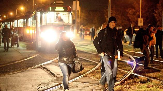 V úterý odpoledne vykolejila tramvaj na Moravském náměstí v Brně, druhá večer v Komíně (na snímku).