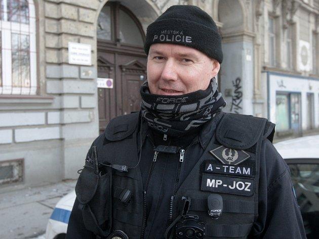 Dvojice městských policistů pomáhala při prosincovém požáru vbrněnské městské části Lesná. Na snímku Jiří Tomášek.