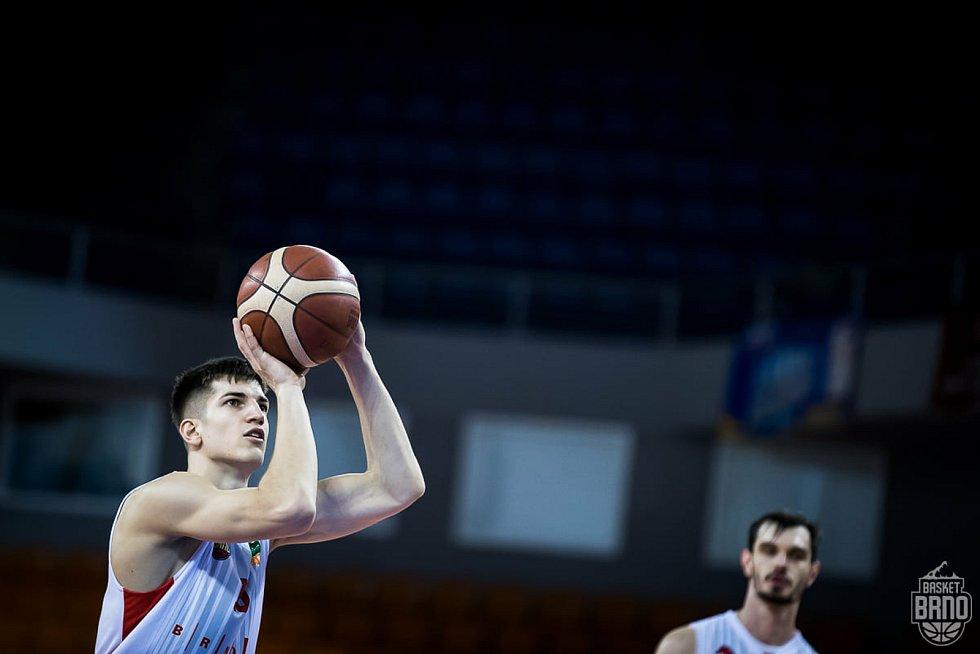 Talent českého basketbalu Radek Farský při střeleckém pokusu.