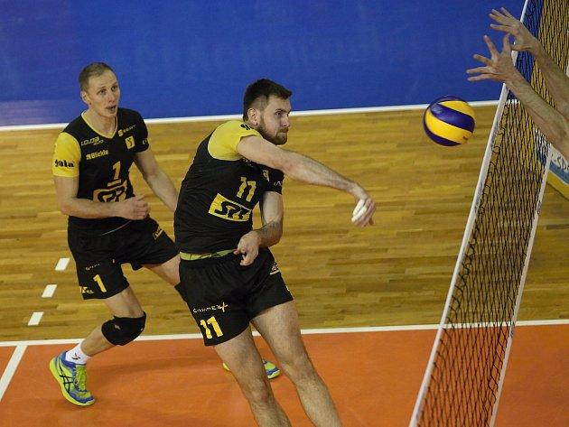 Jan Pražák (vpravo) při zápasu s Charkovem.