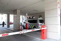 Policisté z Národní centrály proti organizovanému zločinu zasahují také v budově Úřadu pro ochranu hospodářské soutěže v Brně.