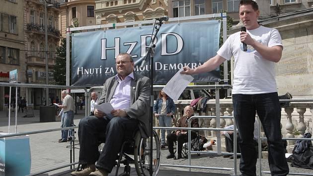 Přímá volba starostů, odvolatelnost politiků a přímá demokracie obecně. To jsou témata, která v Brně v sobotu odpoledne zaujala asi čtyřicet lidí.