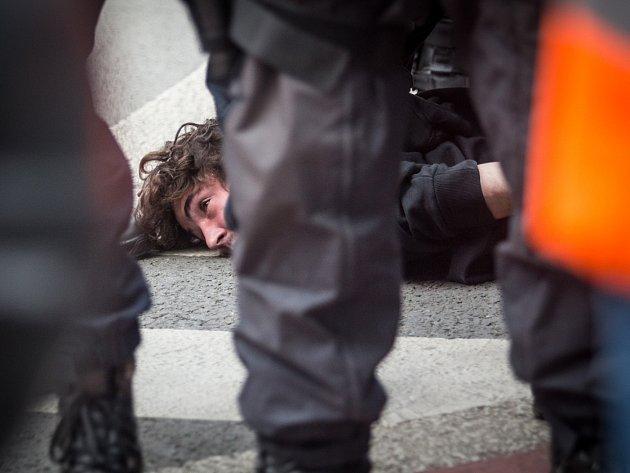 Někteří odpůrci Dělnické mládeže při blokádě prvomájové demonstrace zaměstnali policii.