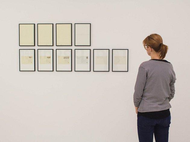 Nová výstava významného brněnského básníka, vizuálního umělce a teoretika Jiřího Valocha na Dominikánském náměstí.