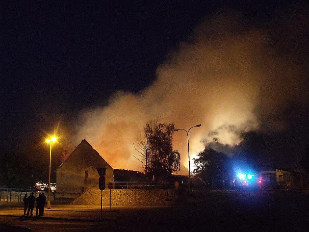 Požár skladu v Hrušovanech u Brna.