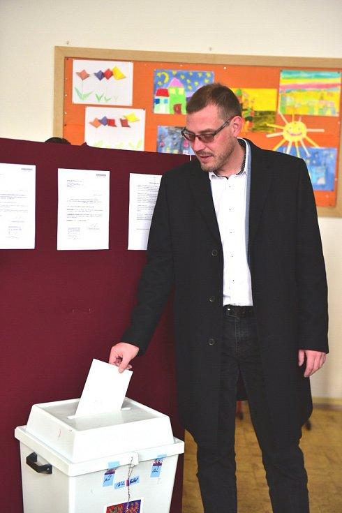 Jihomoravský lídr Realistů Filip Otevřel volil v brněnské základní škole ve Staňkově ulici. K volbám přišel s dětmi, které chce vést k tomu, aby pro ně volby byly samozřejmost.
