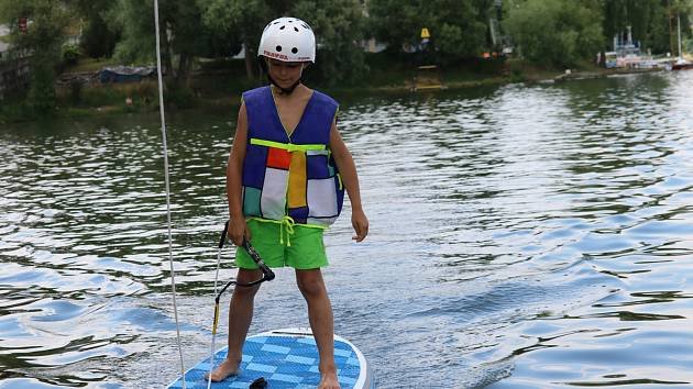 Na přehradě testují vlek pro vodní lyžování a wakeboarding.