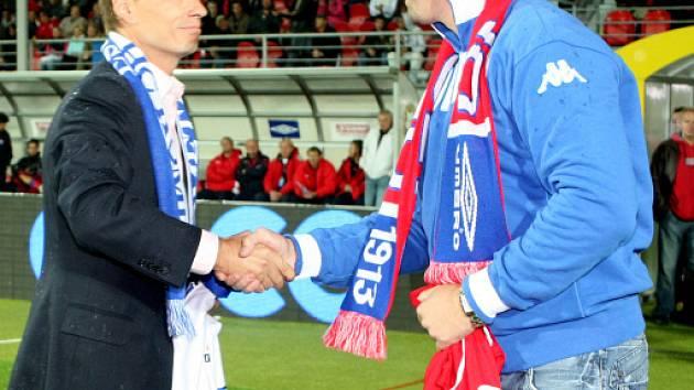 Šéf fotbalistů Roman Pros (vlevo) si vyměnil dres s majitelem Komety Liborem Zábranským