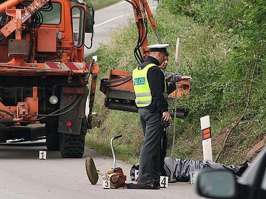 Šedesátiletý muž, který křovinořezem sekal trávu v příkopu, zemřel při tragédii na silnici u obce Ledce na Brněnsku.