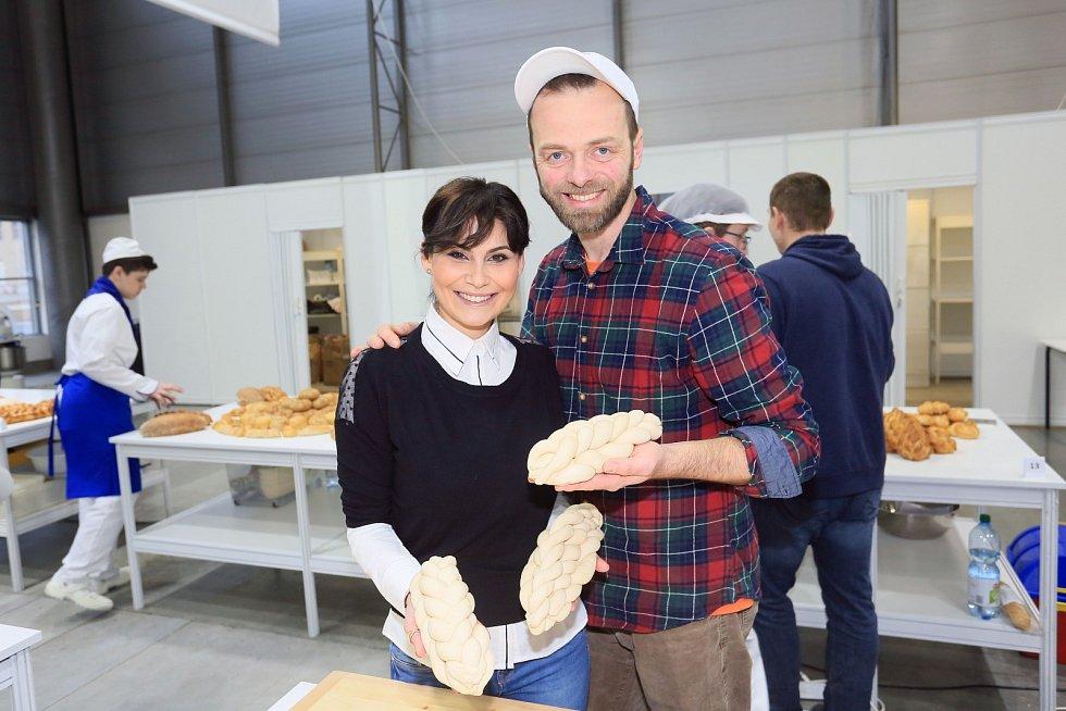 Modelka Erbová a herec Langmajer na brněnském výstavišti pletli vánočku
