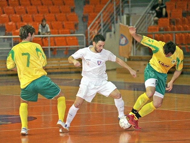 RADOST. Futsalisté Tanga (na snímku Dimo Chadzidis v bílém) se můžou těšit na prvoligové boje.