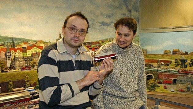 Vít Straka (vpravo) a Dalibor Jančík proměnili lásku k modelům vlaků v podnikání.