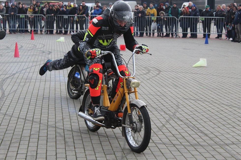 Téměř čtyři sta značek motocyklů, doplňků i výbavy se představuje na veletrhu Motosalon na brněnském výstavišti. V závodě babet se představil i známý motocyklový závodník Karel Abraham.