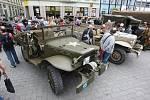 Lidé si prohlédli například historická vojenská auta nebo si vyplnili korespondenční lístek v polní poště Rudé armády. Atmosféru doplňovala stylová swingová kapela.