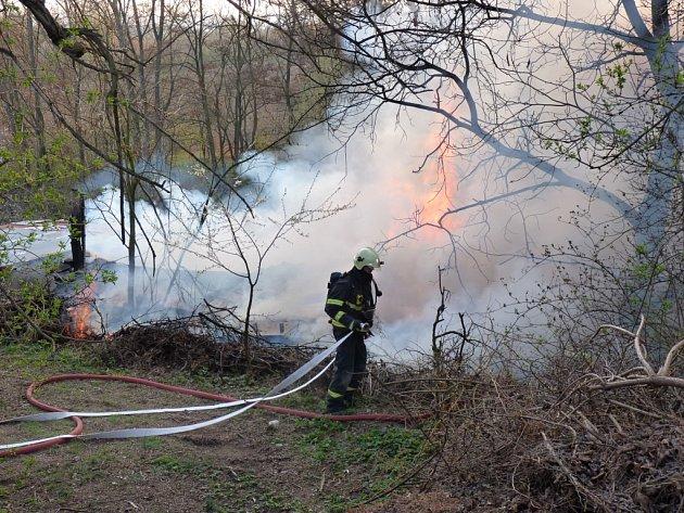 Hasiči likvidují požár v ulici Jubilejní v Brněských Ivanovicích.
