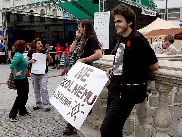 Asi desítka studentů dnes na náměstí Svobody protestovala proti úmyslu zavést školné na vysokých školách.