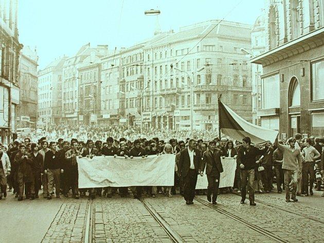 Autentické filmové záběry ze srpna 1968 v brněnských ulicích, fotografie z protestních demonstrací při jejím prvním výročí nebo texty samizdatových a exilových autorů nabízí nová výstava Moravského zemského muzea.
