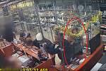 Brněnští policisté pátrají po zlodějce, která v jedné ze zastaváren v centru města ukradla zlatý šperk. Pomáhali jí přitom tři muži, kteří zahrnuli obsluhu nejrůznějšími dotazy.