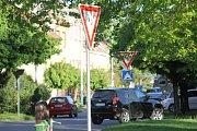 Les dopravních značek v Žižkově ulici v Břeclavi.  Větší počet dopravních značek za sebou lidé podle expertů nevnímají.