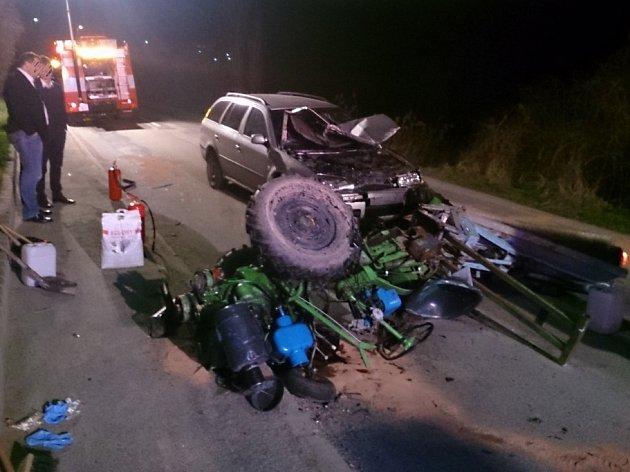 Středeční nehoda u Řícmanic na Brněnsku. Řidič narazil do malého zemědělského traktoru.