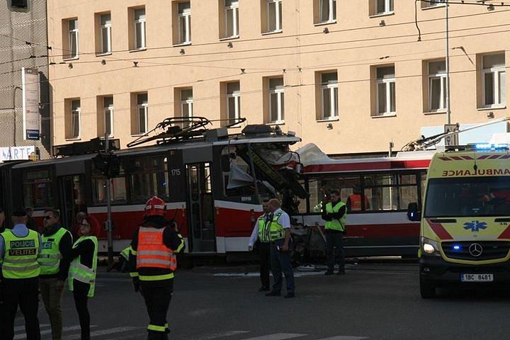 Srážka tramvaje a trolejbusu v brněnské Křenové ulici.