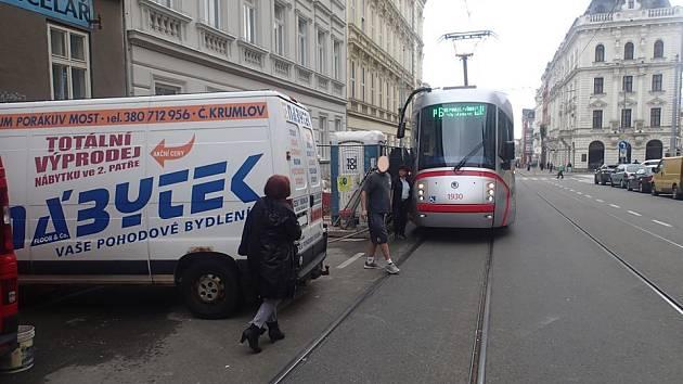 Na půl hodiny ve středu dvě dodávky zablokovaly provoz v Rooseveltově ulici v Brně.