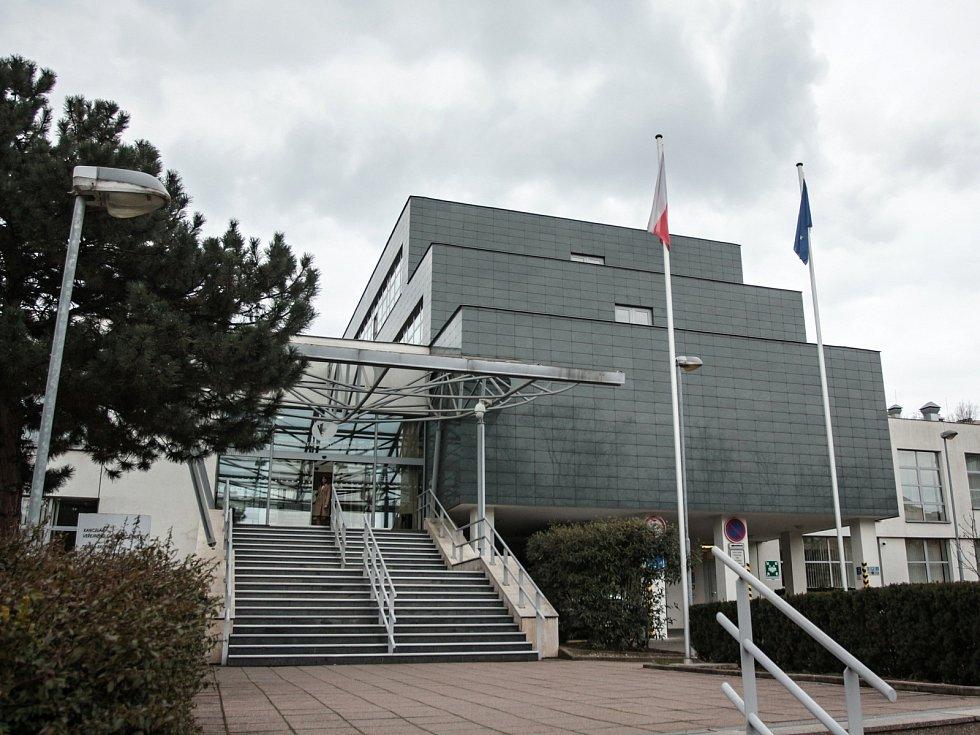 BRNO. Původně byla budova postavená pro Okresní výbor KSČ Brno-venkov. Po revoluci ji využívala Fakultní nemocnice, roku 2001 byla předaná Kanceláři veřejného ochránce práv.