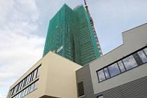 Stavba budovy AZ Tower v Brně.