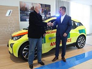 K pacientům budou jihomoravští záchranáři jezdit autem na baterky