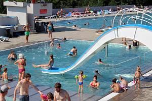 Lidé v pondělí zaplnili koupaliště Kraví hora v Brně.