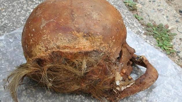 Hrůzný nález čekal na zaměstnance firmy, která v pondělí vyklízela teplovodní šachtu v brněnské Popelákově ulici. Vykutálela se na něj lidská lebka.