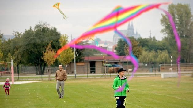 Podzimní barevné čarování a drakiádu v sobotu uspořádala mateřská škola Hněvkovského a Koupaliště Brno-jih.